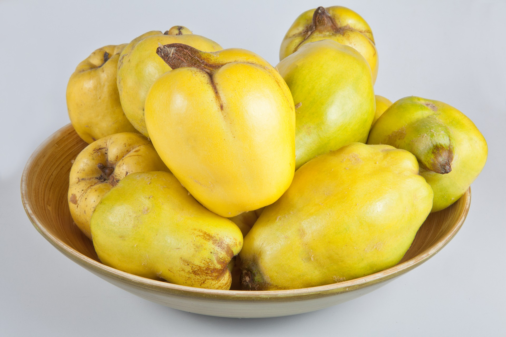 Quince fruit in a bowl